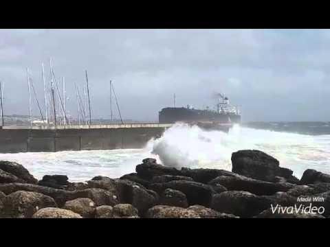Embedded thumbnail for Navio encalhado na Marina de Cascais. Tokyo Spirit ship aground in Cascais